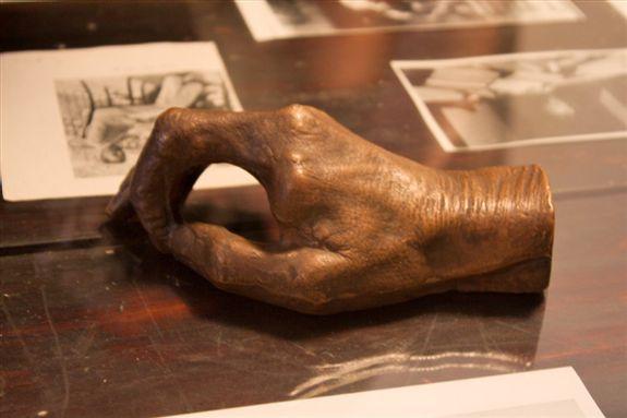 פסל: יציקת כף ידו של אליעזר בן־יהודה