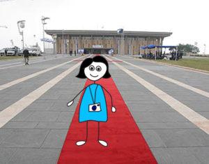 איור של ילדה עם מצלמה עומדת לפני רחבת הכנסת