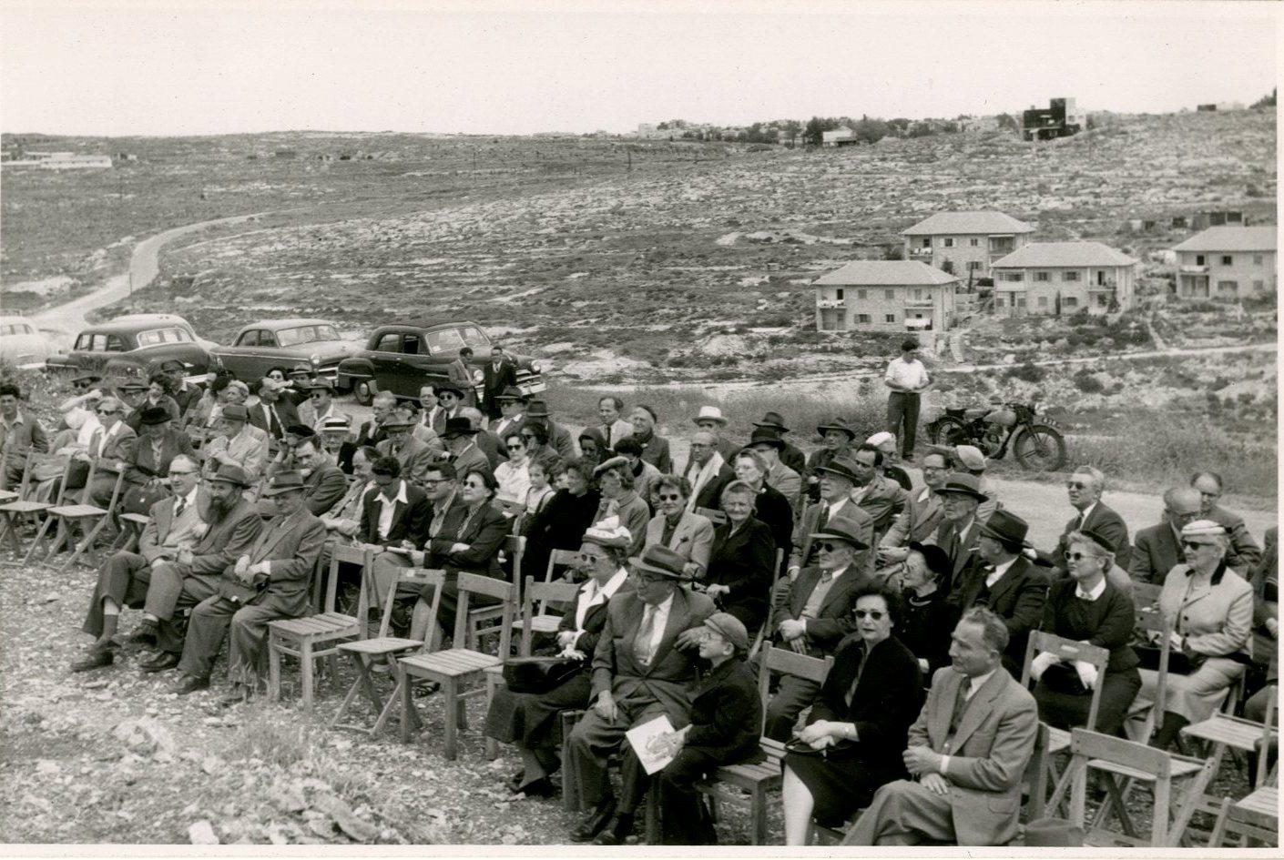 קהל המוזמנים לטקס הנחת אבן היסוד לבית האקדמיה. ברקע שכונת נווה שאנן.