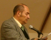 """צילום של ד""""ר עמינדב דיקמן נושא נאום"""