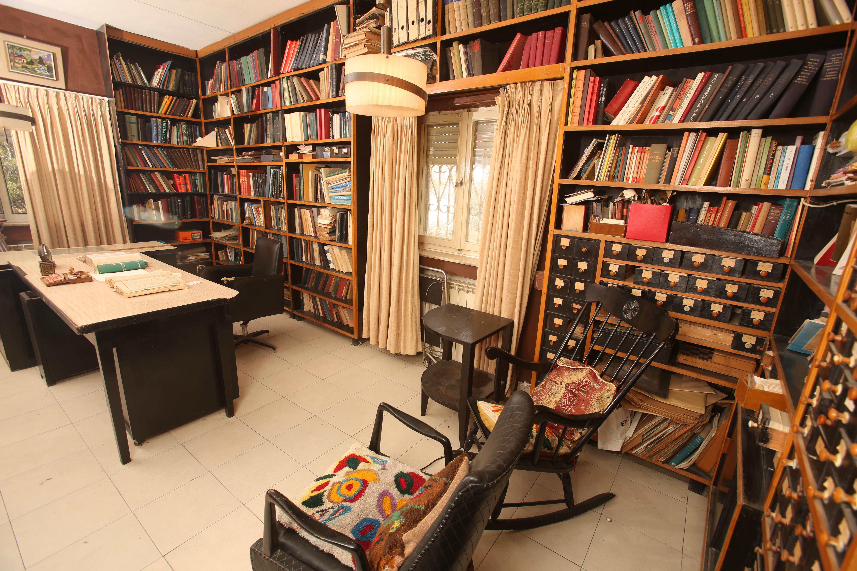 בחדר עבודתו של אברהם אבן־שושן בביתו בירושלים