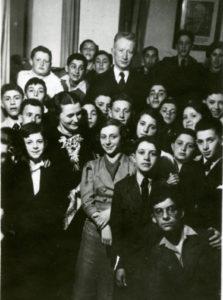 משה ברייטברד עם תלמידי כיתתו.