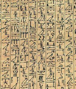 צילום של כתב פירמידות