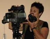 צלמת מול מצלמת וידאו