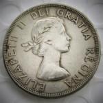 צילום מטבע עם כיתוב בלטינית Dei Gratia (=בחסד האל), ובקיצור D.G.