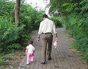 תמונה של אבא אוחז בידה של בתו