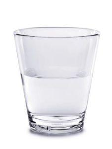 צילום של חצי כוס מים