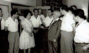 דוד בן גוריון עם עובדי משרד ראש הממשלה והדסה ברלינסקי