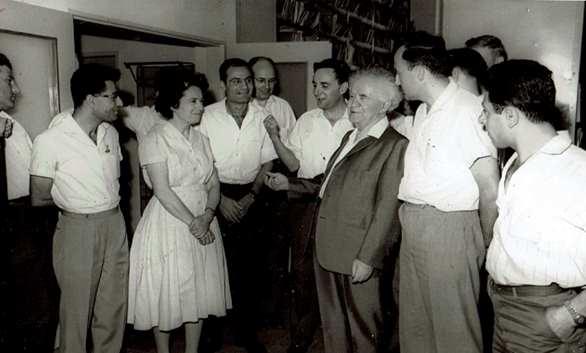 דוד בן־גוריון עם הדסה ברלינסקי ועובדי הארכיב במשרד ראש הממשלה.