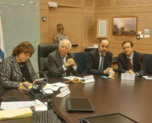 פרופץ משה בר אשר וחברי הכנסת הרצוג ומרגי בשולחן ועדת החינוך
