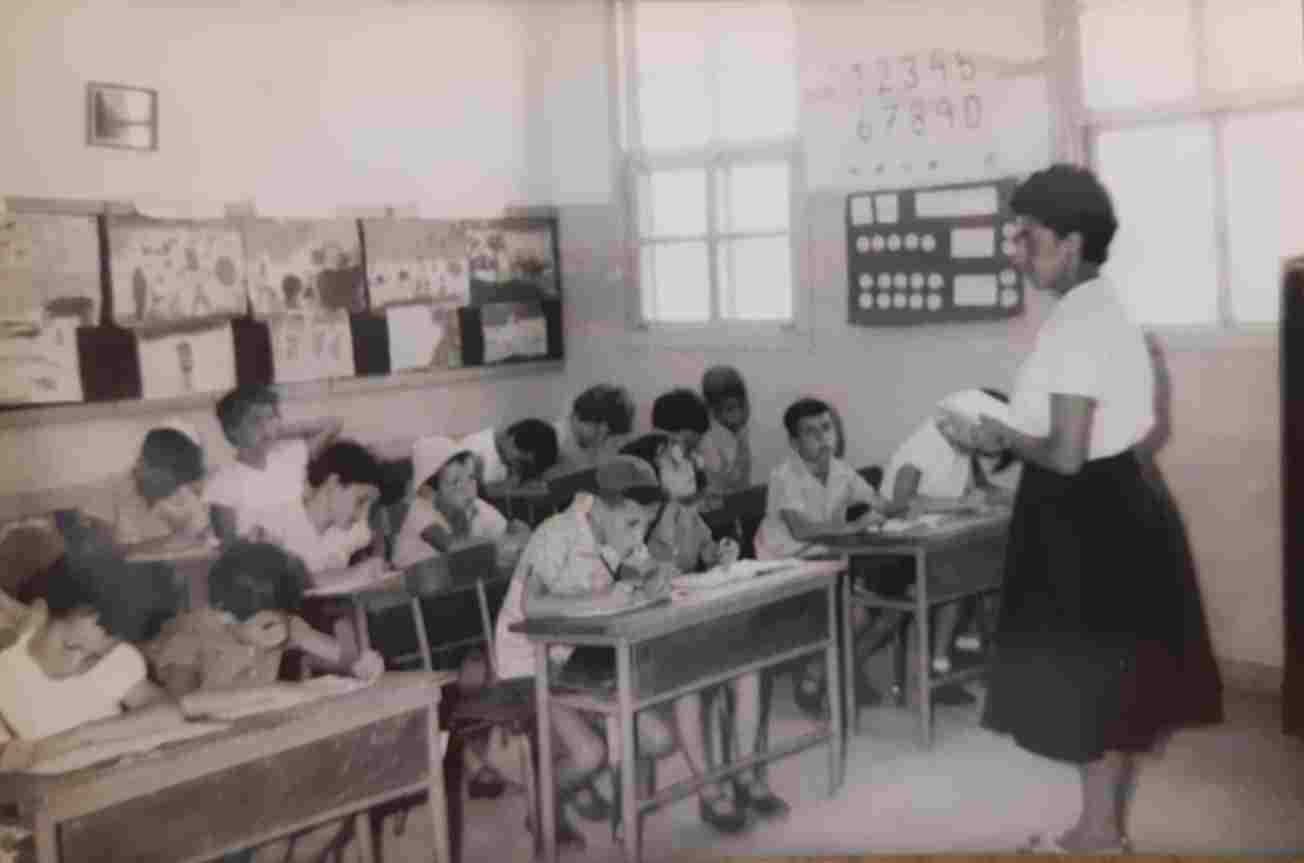 המורה חנה לבל מלמדת את תלמידיה