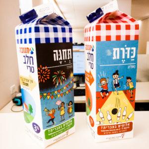 צילום של שני קרטוני חלב תנובה עם איורים שבוצעו לכבוד יום העברית
