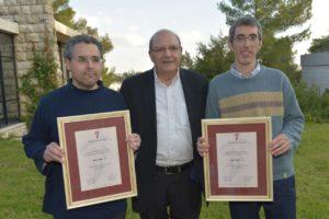 גורון יעקב ואמיר געש אוחזים בתעודות פרס של האקדמיה